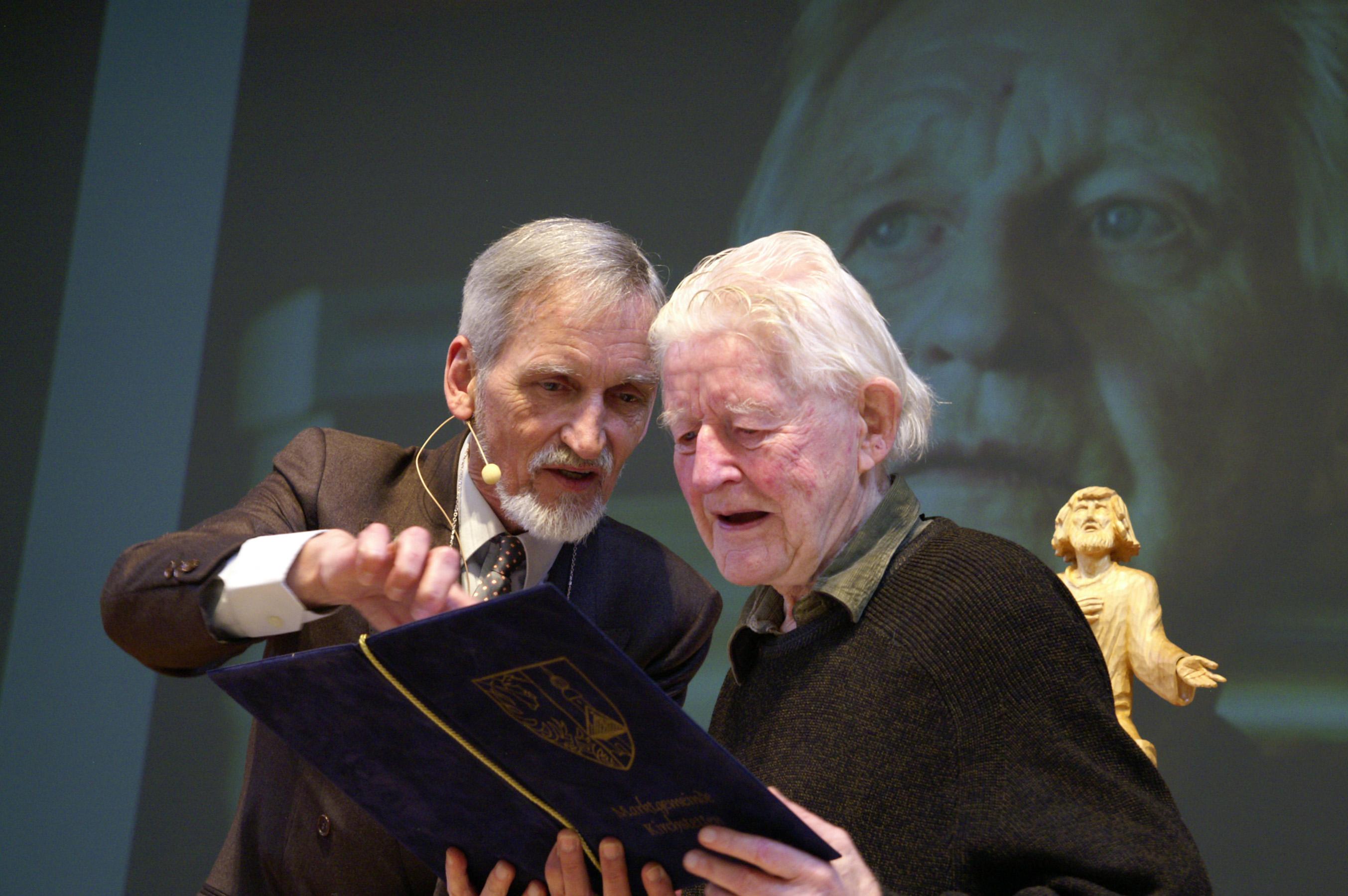 LAZARUS Chefredakteur Erich M. Hofer erläuterte Herrn Prof. Klaus Dörner kurz die Verleihungsurkunde