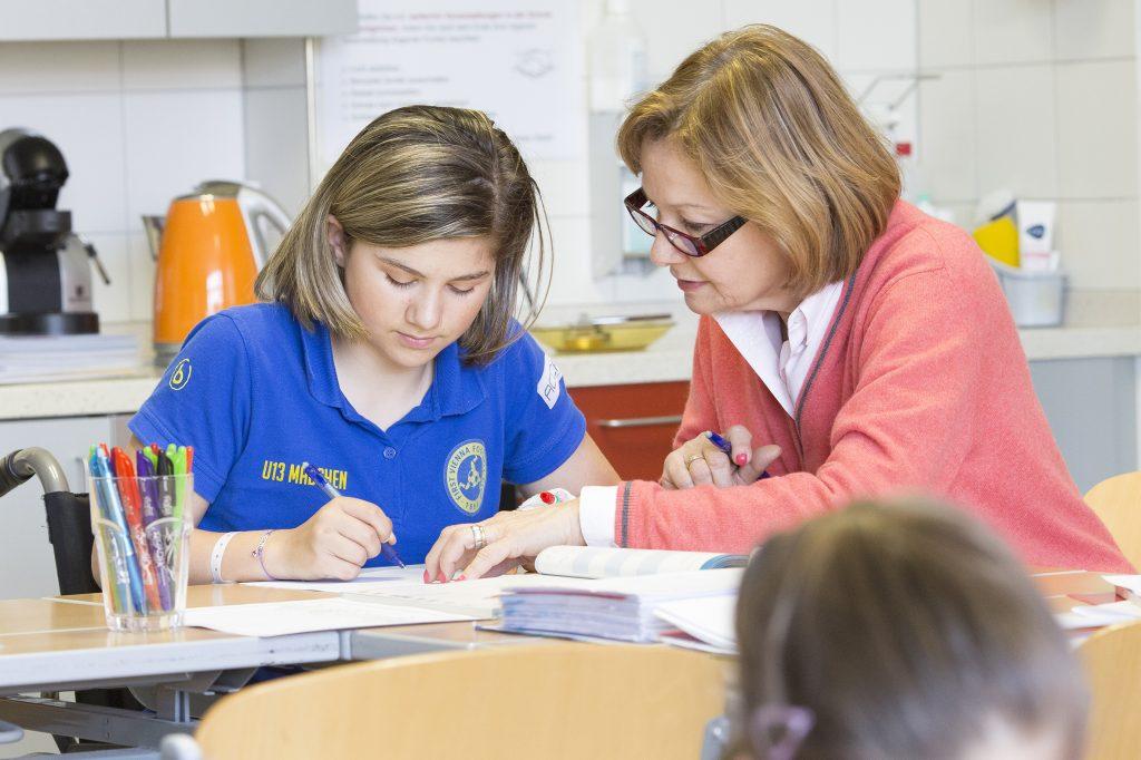 BILD zu OTS -  Schule im Spital: Lehrerin Ursula Reininghaus mit einer SchŸlerin im OrthopŠdischen Spital Speising.