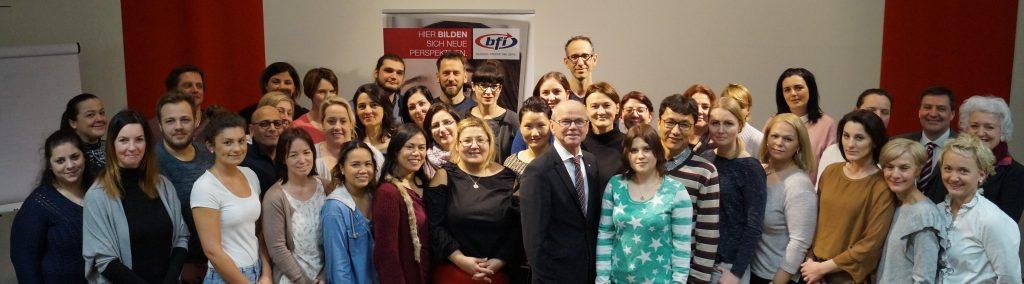 Landeshauptmann Christian Stöckl mit den Lehrgangsteilnehmern des neuen Pflegelehrgangs im BFI Salzburg