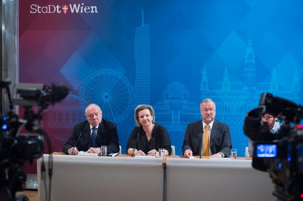 Die Vorsitzende der Untersuchungskommission zum KH Nord, Dr. Elisabeth Rech. Links daneben ihr Stellvertreter, der Notar Dr. Johannes F. Klackl. Rechts der Erste Vorsitzende des Wiener Gemeinderats, Mag. Thomas Reindl.