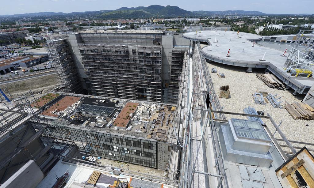 """ABD0056_20150630 - WIEN - …STERREICH: Blick auf die Baustelle des """"Krankenhaus Nord"""" am Dienstag, 30. Juni 2015, in Wien. Das Wiener Gro§spital soll im Juni 2017 fertiggestellt werden. - FOTO: APA/ROBERT JAEGER"""