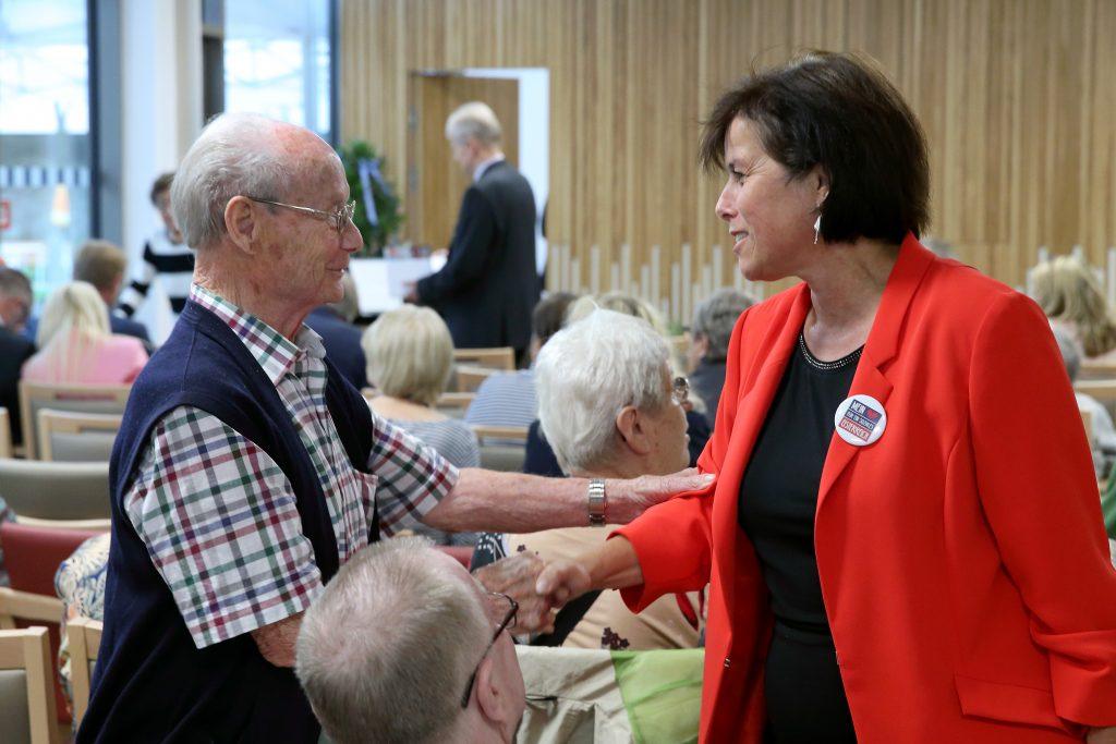 LRin Gerstorfer begrüßt Bewohner im Haus Leopold Spitzer