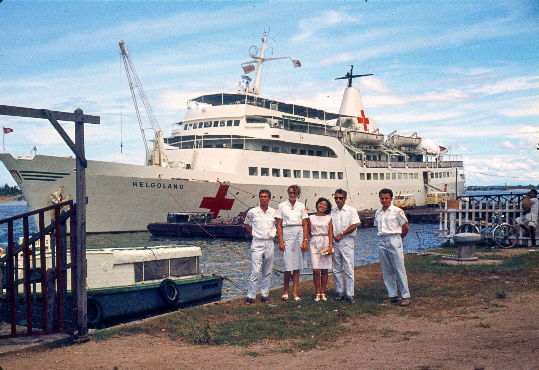 Einsatz des DRK - Hospitalschiffes Helgoland während des Vietnamkrieges 1966-72: In der Gruppe 2.v.l. DRK - Oberin Mathilde Verhall von der Schwesternschaft Bonn - 1969